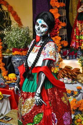 mexicaans-indiaans-meisje-in-dia-de-muertos-kleren.jpg