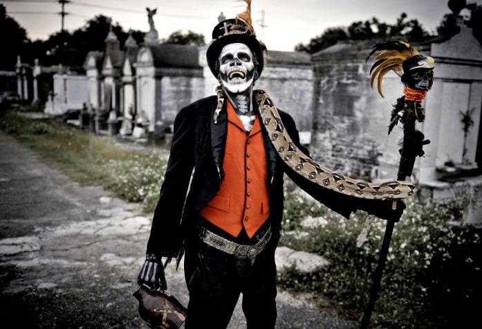baron-samedi-voodoo-god-skelet-met-hoge-hoed-stok-en-slang.jpg